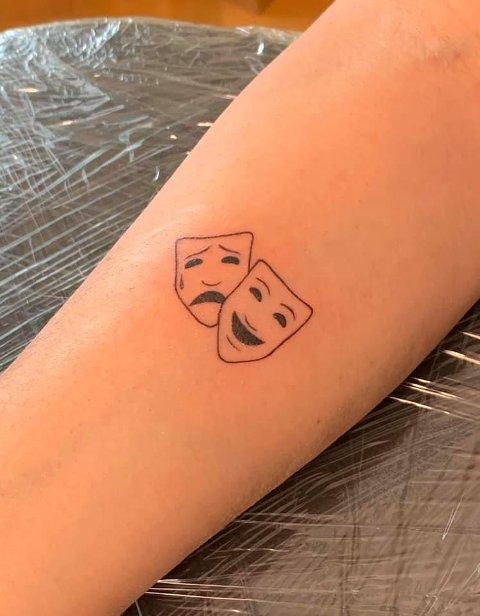 TEATERMASKENE: Denne tatoveringen bærer flere av Jens sine nærmeste.