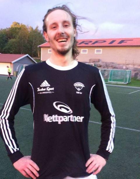Torps Joachim Hansen smilte bredt etter å ha banket inn fire mål da Torp vant hele 6-0 mot Tistedalen 2 tirsdag kveld.