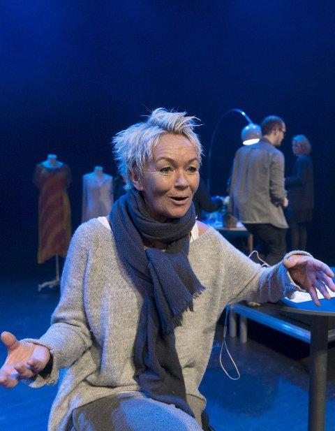 REVY: Anne Marith Sandhåland spiller revy i Fitjar.