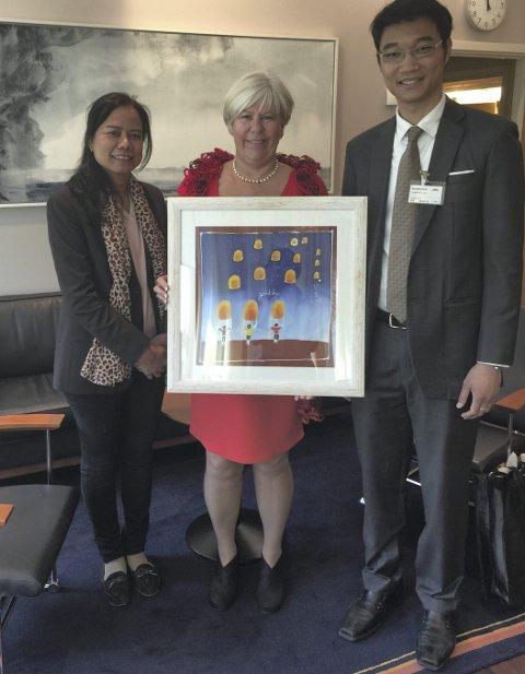 FRA THAILAND TIL NORGE: Sidsel Svestad fra Oppegård hadde med seg representanter fra Thailand da bildet ble overlevert på Stortinget. BEGGE FOTO: PRIVAT