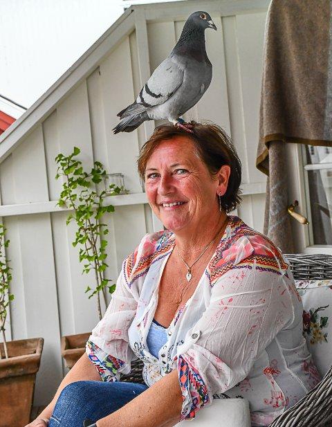 Kurre-kurre: Brevdua trives godt på hodet til sin vertinne. Den er hverken sky eller sjenert, og har «laget midtskill» på en av Anitas venninner i et overraskende flystunt. Foto: Mette Urdahl