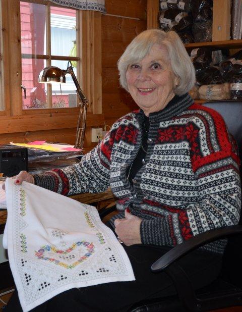 KREATIV: Lillill (80) har designet strikke- og broderimønstre i mange tiår, og jobber fortsatt.