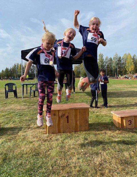 Tiril, Mia og Synne var hoppende glade etter flott innsats på 60 m, lengde og liten ball