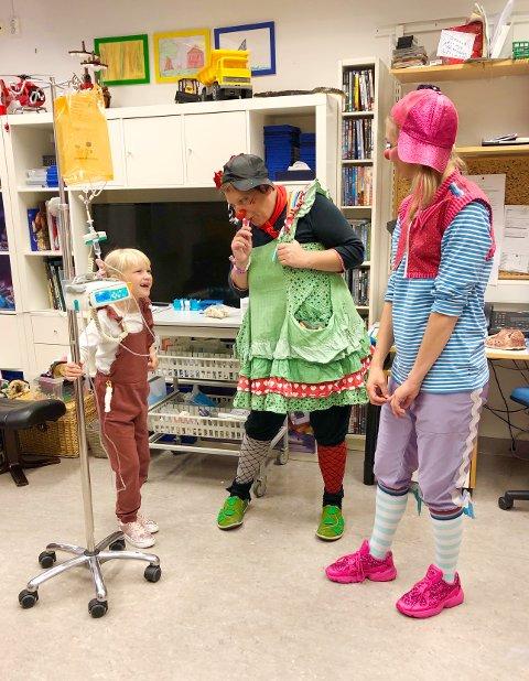 MYE GØY: Når sykehusklovnene er på besøk, er dette på barnas premisser. – Noen ganger leker vi med blåsebobler, danser og sjonglerer. Klovnene viser magi-triks eller leker gjemsel. I går fikk jeg en enhjøringtatovering fra en sykehusklovn og fikk lov å være i klovnklubben, forteller Elly.  FOTO: Privat