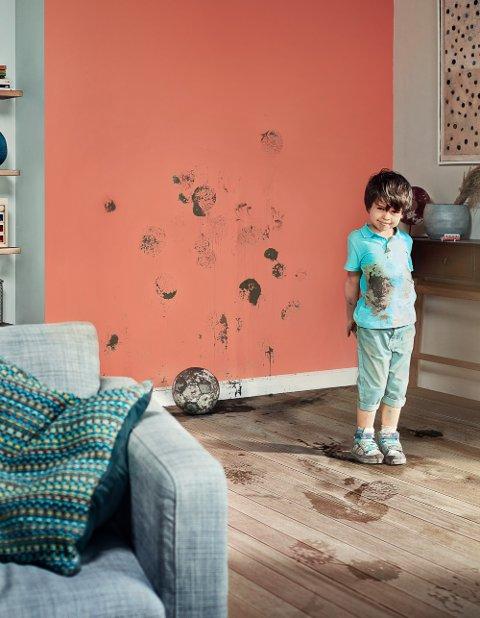 Om det er i stua eller på barnerommet, der barn oppholder seg og leker, kan det fort bli litt grising. Sørg derfor for at malingen eller tapetet du velger tåler litt ekstra.