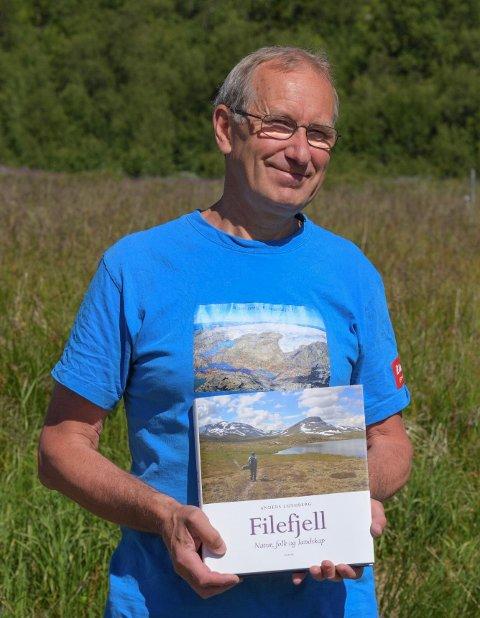 RETT FRÅ TRYKK: Forfattar Anders Lundberg med boka «Filefjell - Natur, folk og landskap».
