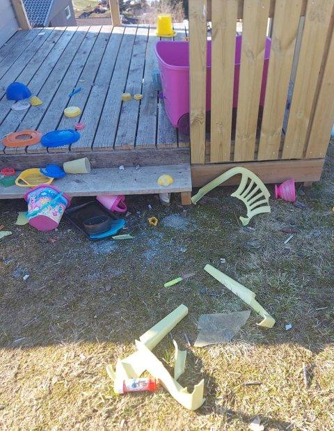 KNEKTE: Leikestolane var knekte og leikene låg strødd utover. Tre glasvindauge i hytta var knuste.