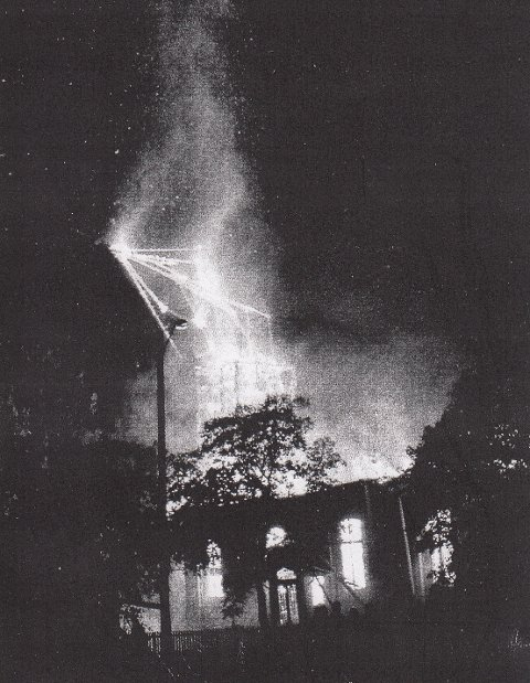 TÅRNET KNEKKER: Kirkebrannen på Grymyr 15. oktober 1999.  Her knekker tårnet.