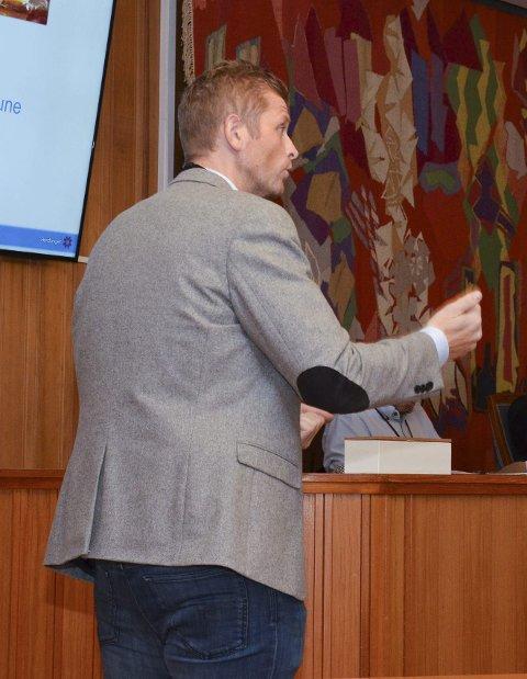 Engasjert: Oppvekstsjef Morten Vevatne orienterer formannskapet.