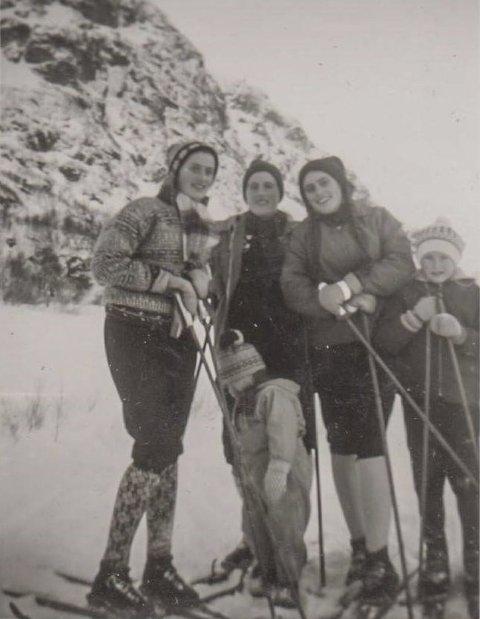 TRADISJONEN TRU: Joleskirenn på Korlevoll 2. joledag 1961. Søstrene Løyning:  Bjørg, Herborg, Solfrid og Ingunn og Herborg si dotter Gro.