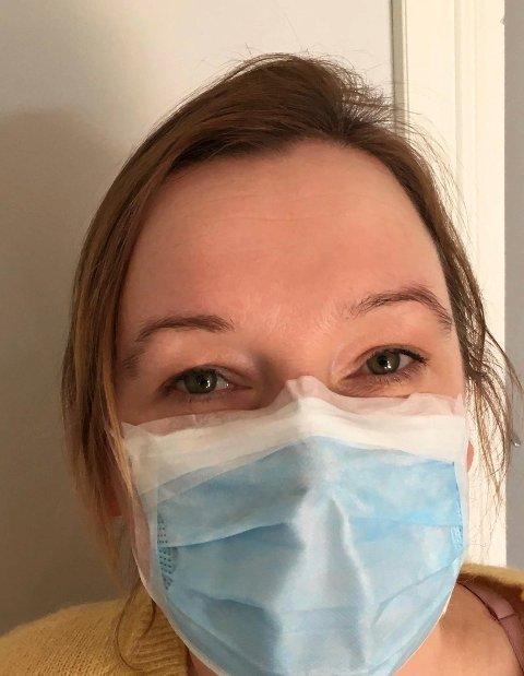 BRUKER TEIP: Mange sykepleiere teiper fast de nye munnbindene fordi det lett blir gliper både ved nese og kinn.