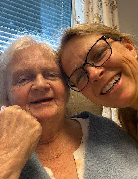 Linda Martinsen (46) er bekymret for bemanningssituasjonen i eldreomsorgen i Spydeberg. Men hun er glad for trivselstiltakene som politikerne har bevilget penger til. Hennes mor, Torill Martinsen (75), har vært pasient på Grinitun i halvannet år.
