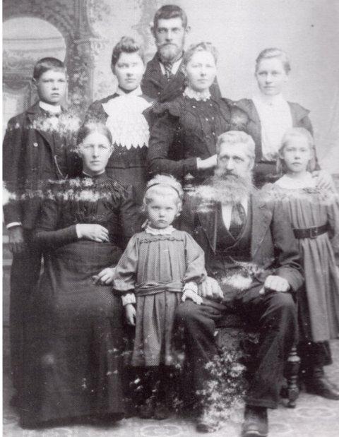Jens Johnsen og Ingeborg Kirstine Olsdatter med barna hos fotografen i Arendal.