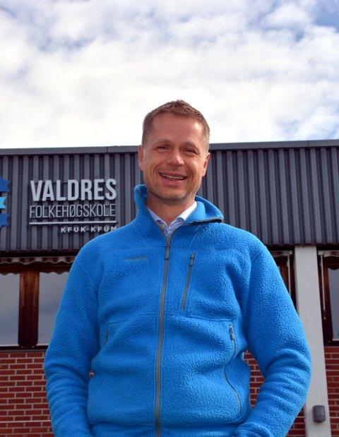 Fornøyd: Rektor ved Valdres folkehøgskole, Jens Rindal har grunn til å smile.Foto: Marit Beate Kasin