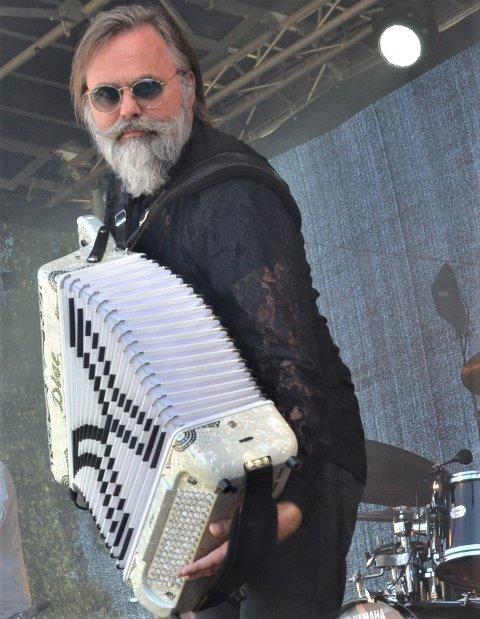 I aksjon: Det ble ikke mange spillejobbene Staut kunne gjennomføre denne sommeren. Her er imidlertid Ørnulf Dyve i aksjon med trekkspillet under en av de fire parkkonsertene som ble holdt i hotellhagen til Scandic Valdres for heimepublikummet i august.