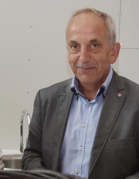 KJEMPET FOR BUSSEN TIL TOGET: Fylkespolitiker Nils Harald Rennestraum (Ap) forteller at Arbeiderpartiet fikk flertall for å sikre at det er politikerne som skal bestemme tilbringertilbudet til Storekvina stasjon.