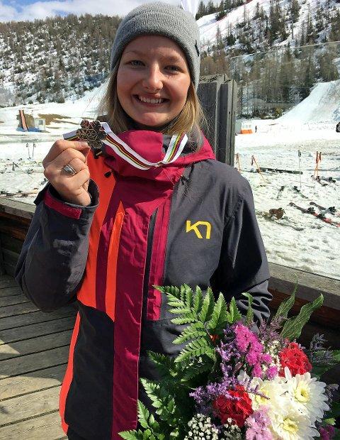 Nora Lødøen (18) fra Voss tok sølv i parallell kulekjøring under junior-VM i italienske Chiesa in Valmalenco onsdag.