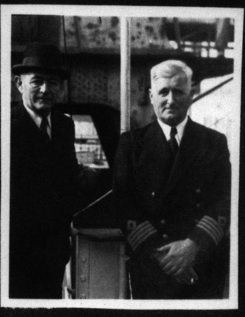HJEMME IGJEN: Foto fra skipets anløp av Oslo i september 1945. Fra venstre skipsreder Jacob Odland S.S. og kaptein Sven Georg Larsen.