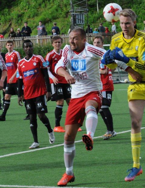 GIR ALT: Tore Berglund (41) er kjent for å gi alt på banen. Her i duell mot FK Gjøvik-Lyns keeper, Lars Gunderstuen.Foto: Tommy Gullord