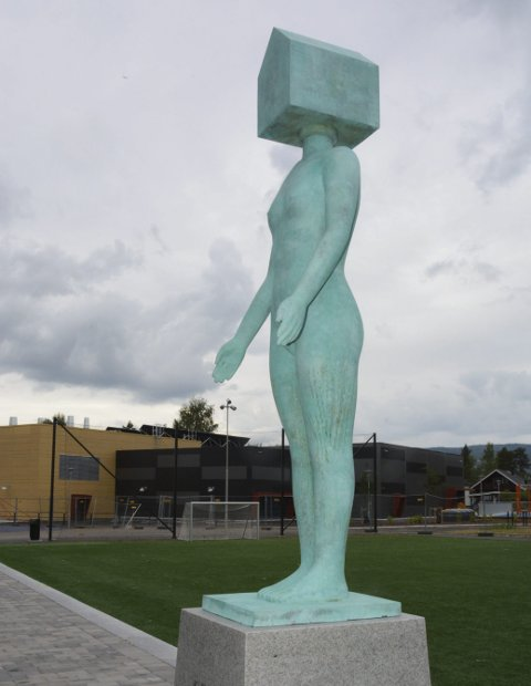 Kunst i skolen: Kvinne i eget hus, er navnet på en av fem skulpturer som er kommet opp i skolegården ved Moelv skole. Foto: Jan Rune Bakkelund
