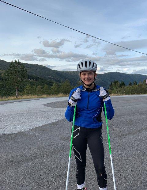 PROFF INSPIRASJON: Andrea Heimdal Aase fekk tips og råd av rekruttlandslaget som var innom ei av treningsøktene på Vik skistadion.