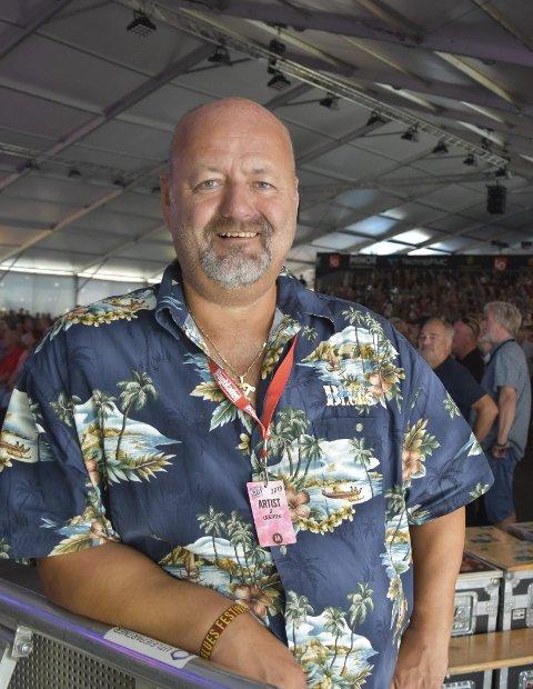 HJELPEMANN: Bluesartist og bluesprisvinner Jan Tore Lauritsen var en av vel 400 frivillige som kom for å hjelpe festivalen over kneika. – Det er kjærlighetsforholdet til festivalen og byen som driver oss alle sammen, sier blueskjendisen.