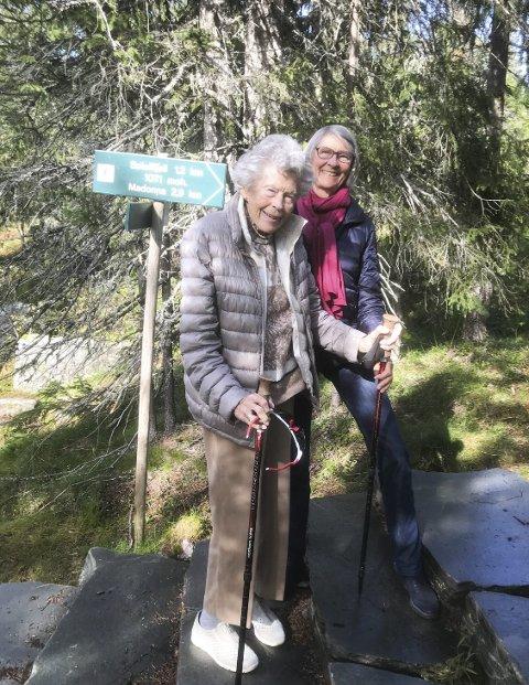 SPREK 100-ÅRING: Liv Egge på Madonnastien sammen med sin niese Kari Aasand.