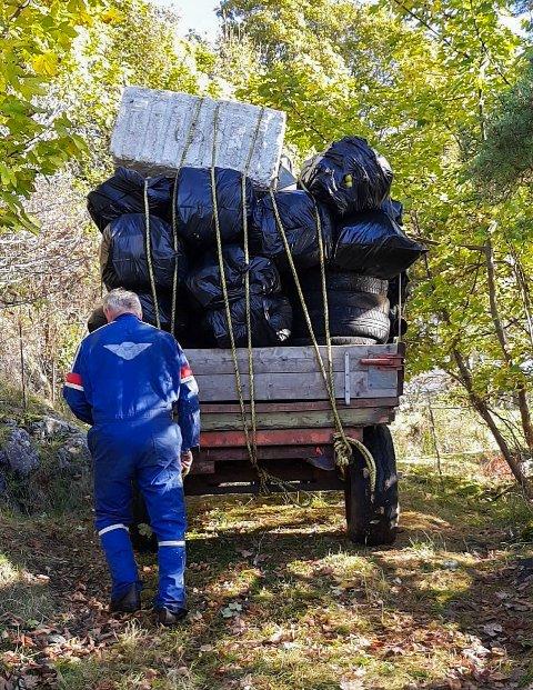 FULLASTA: Då containeren kom til Atløy var det 60 sekkar med søppel som måtte fraktast frå sjøbua til Landøy.
