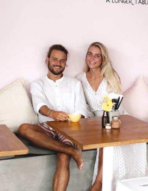 PÅ REISE: Ask Bjørshol og Mathilde Nordhaug fra Fredrikstad pakket sekkene for et år siden og reiste til Indonesia. Der er de fortsatt.