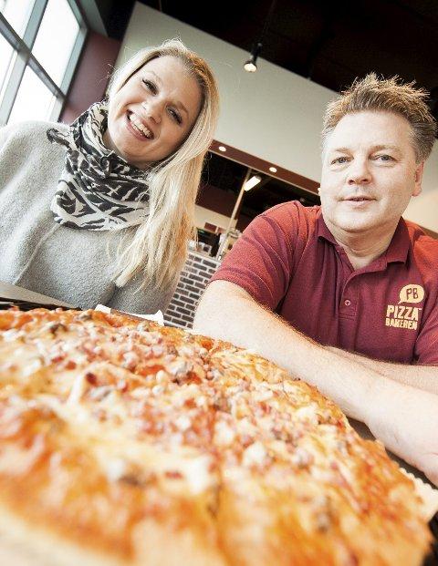 PIZZA: På Brekstad handles det pizza som varmt hvetebrød. Pizzabaker Arild Haugan omsatte for 5,2 millioner kroner det første driftsåret. Her sammen med daglig leder i Ørland Næringsforum, Silje Nesset.