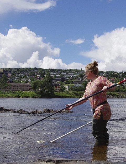 Tester vannet: Jenny Thorkildsen har tatt vannprøvene.Foto: Anna Ekre