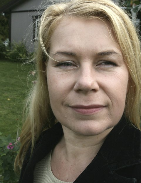 Hageentusiast: Mona Vestli. I bakgrunnen skimtes sommerens prosjekt, bygging av drivhus. Foto: Privat