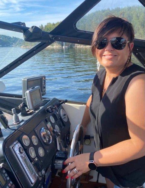 FRIHET: Ann Iren Thorstensen nyter livet som skipper. Hun mener damer bør bruke sjøen mer og ikke vente på at mannen skal ta dem med ut.