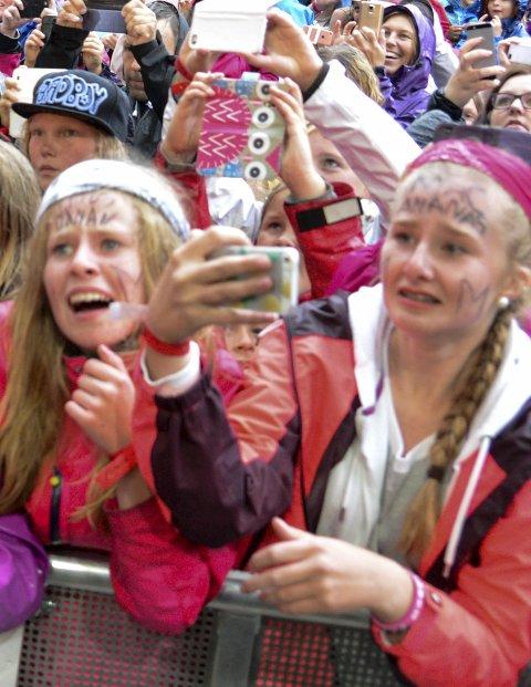 KØ: 13-åringene Stina og Pia fra Tønsberg hadde stått i kø i åtte timer for å komme helt inntil scenen.