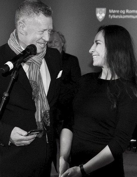 Karolina Gorzelanczyk mottar sitt fotostipend i 2016 fra banksjef Odd Einar Folland. (Foto: Wigdis Wollan)