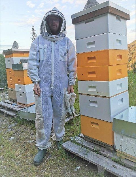 Sommerdrakt: Erlend Bringsli produserer  i år 2,7 tonn honning på 90 ulike kuber på Leirskogen. Han ivrer for REKO-ring Valdres.
