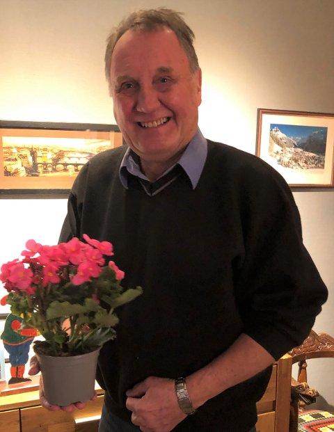 JULEGLEDE: Andris Helle fikk den første juleblomsten fra avisa Valdres.