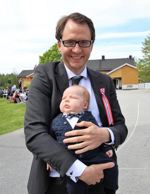 NY I BYGDA: I år ble det ikke is på vesle Johannes Nordheim Andreassen, som var i ferd med å sovne fra moroa på armen til pappa Ulrik. Trolig kommer han sterkere tilbake neste år.