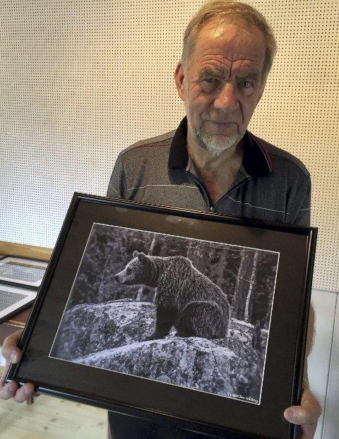BJØRN: Kjell Ivar Wålberg med ett av favorittmotivene sine, nemlig bjørnen. Denne har han kalt «filosofen».