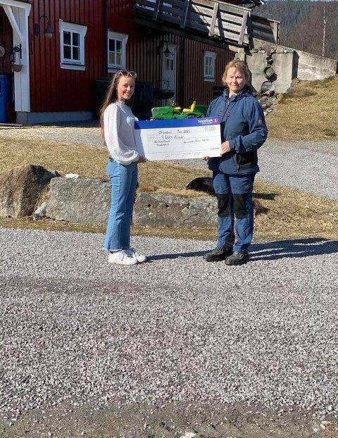 GAVE: 15 år gamle Karianne Moen Pedersen har nå gitt 10.000 kroner til Klokkertunet og Hilde Stensbøl på Brandval. FOTO: PRIVAT