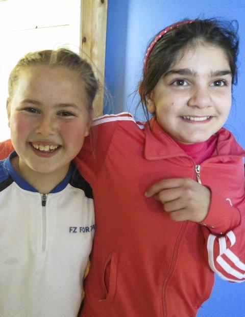 FORNØYD: Linnea Prestø og Louna Mourad koser seg på trening.
