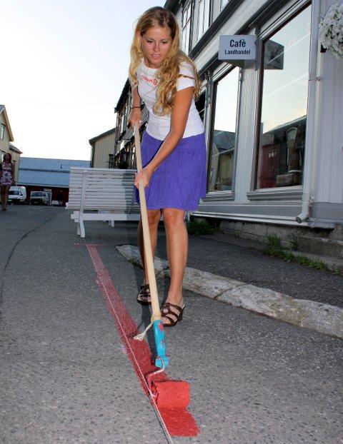 2009: Anette maler opp streken i Sjøgata i 2009.