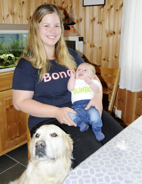 NY DAGLIG LEDER: Heine har selvfølgelig fått skjorte med bondelogo, og Anne Marte er stolt mamma. Neila er litt ambivalent, ettersom brorparten av kosen går til babyen.