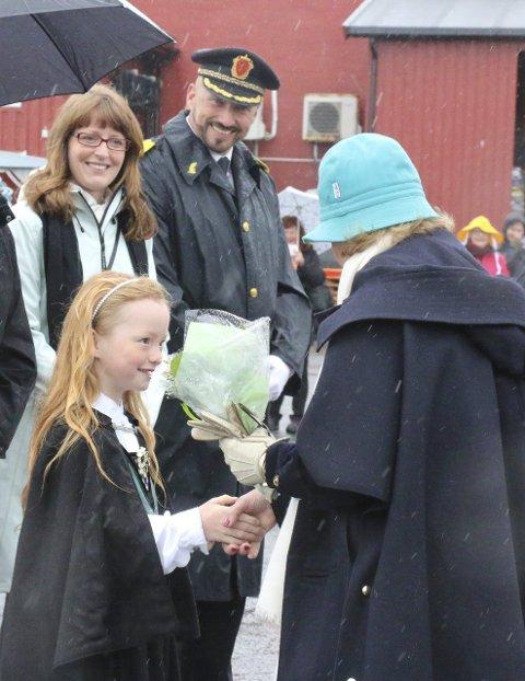 MOTTAKELSE: Tiril Moen ønsket Dronningen velkommen.