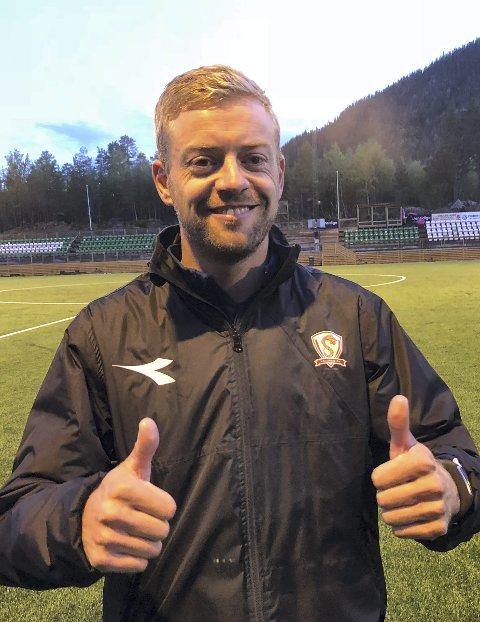 Fornøyd: Joakim Wiik er klar for et nytt år med damelaget, melder Valdres FK på sine Facebook-sider.