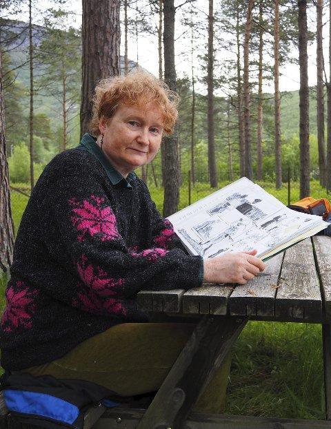 På befaring: Ingebjørg Jensen hadde aldri hørt om Beisfjordmassakren før hun begynte å jobbe med det som skal bli en rikt illustrert tegneseriebok. Tirsdag besøkte hun Beisfjord og stedet der leiren lå for aller første gang.– Det gjør sterkt inntrykk, sier hun til Fremover.foto: jan erik teigen