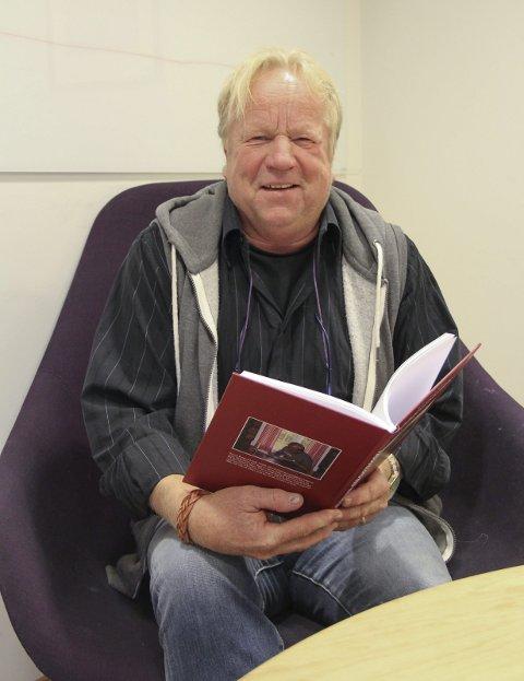 BOKKLAR: Bengt Ringvold med boka om bøddelen Lædel, som henrettet Kristian Halvorsen Sand i 1833. Her er også flere historier fra lokalmiljøet i Nord-Odal i svunne tider.