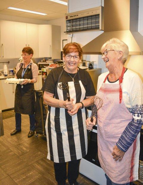 Latter: Tove Gaarder (t.v.), Unni Ofrim og Synnøve Heireth i sving på kjøkkenet. Foto: Anne E. Mjåland