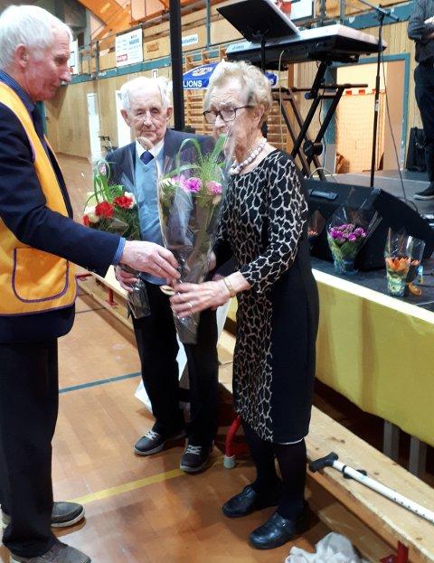 HEDRET: Eva Salomonsen(97) og Nils Johansen(99) var treffets eldste og ble hedret med blomster fra preisdent Bjørnar Hartvikgsen
