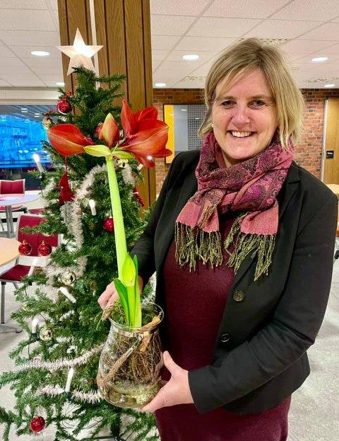 Ordfører Anne Berit Lein vil dele ut en juleblomst hver fredag før jul, samt på lille julaften.